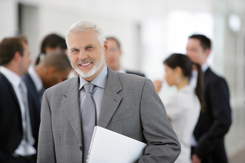 Dirigeant de PME souriant avec son équipe